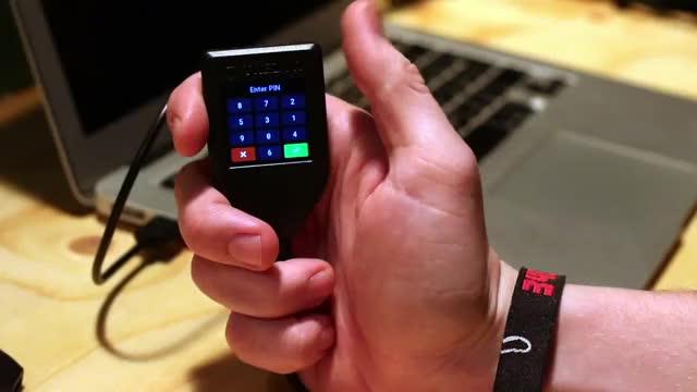 Handlich und angenehm liegt das Hardware Wallet in der Handfläche